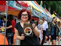 La chef Verónica Cervera, con su libro —La cocina cubana de Vero—