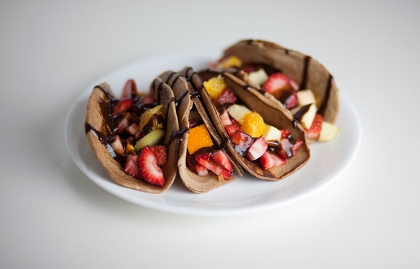 Tacos de fruta con tortillas de chocolate