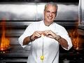 Eric Ripert sonríe mientras cocina
