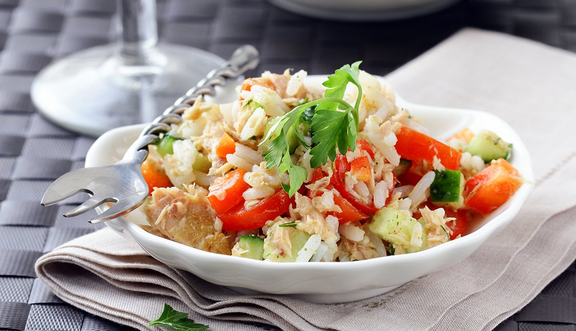 Ensalada de arroz con vegetales y queso mozzarella