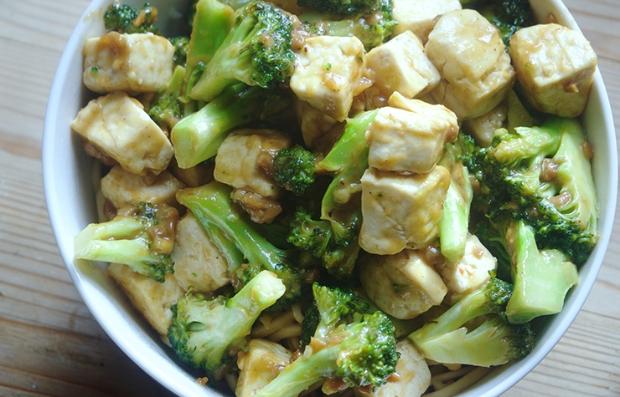 Ensalada de brócoli y tofu con una salsa de maní picante