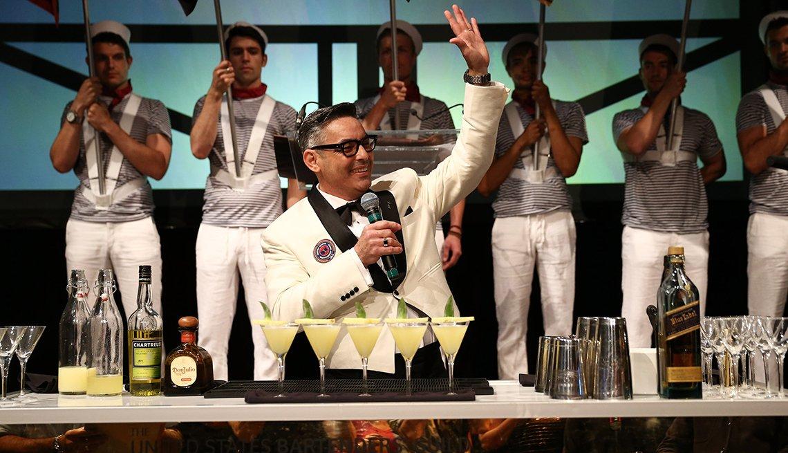 Julio Cabrera en la barra de un bar