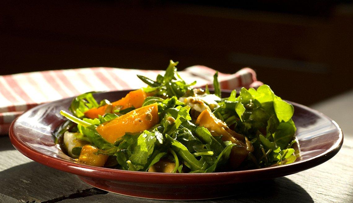 Ensalada para elinvierno servida en un plato sobre la mesa