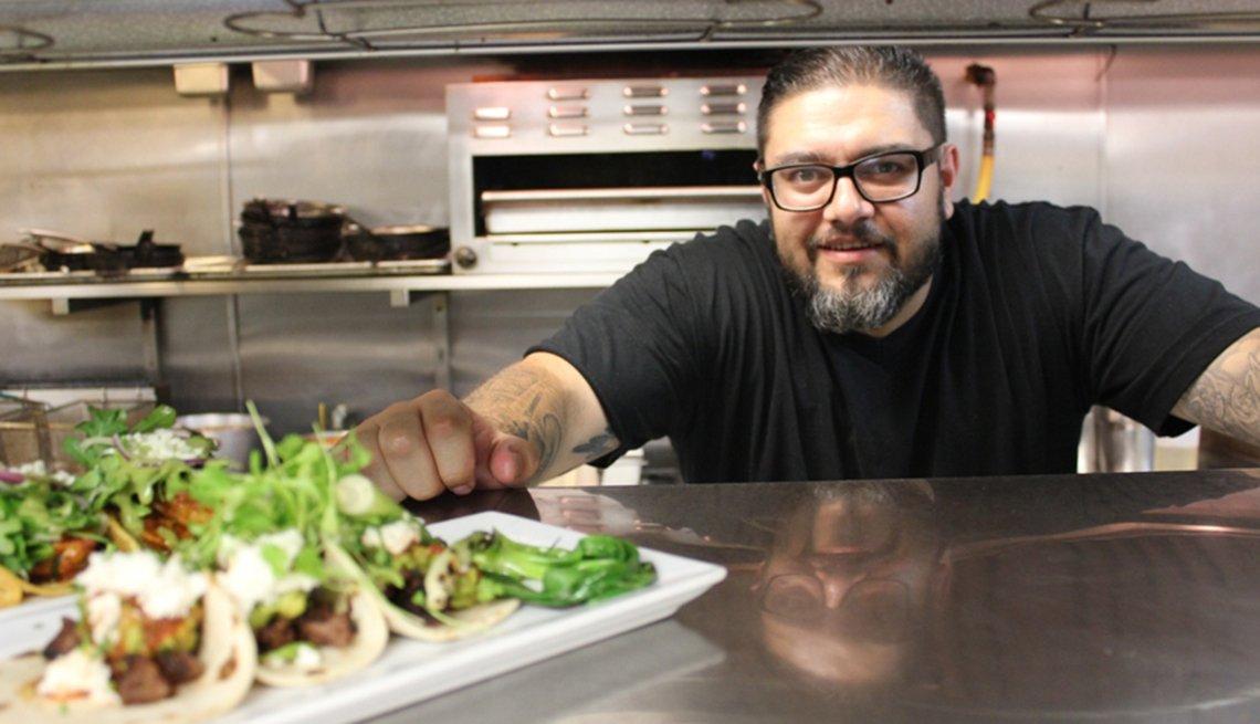 Chef Thomas Ortega en la cocina