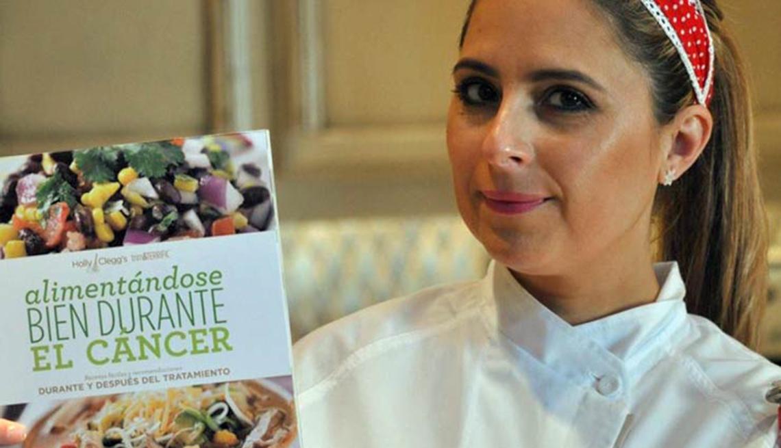 Chef Zoe Muller sostiene su libro