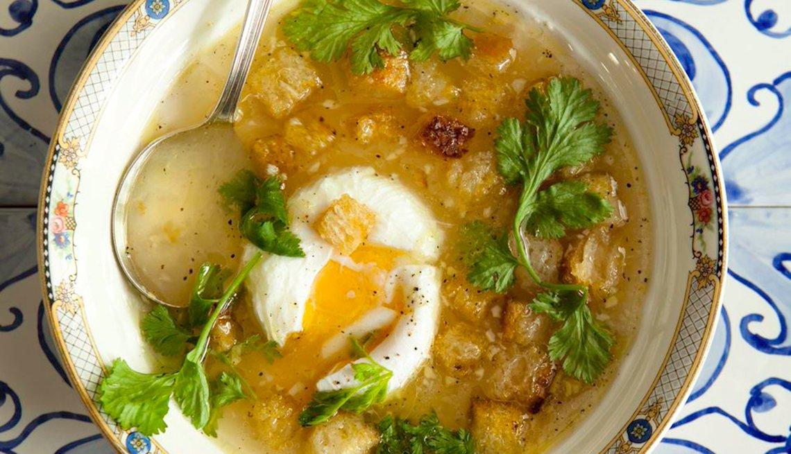 Sopa de con cilantro, ajo y huevo