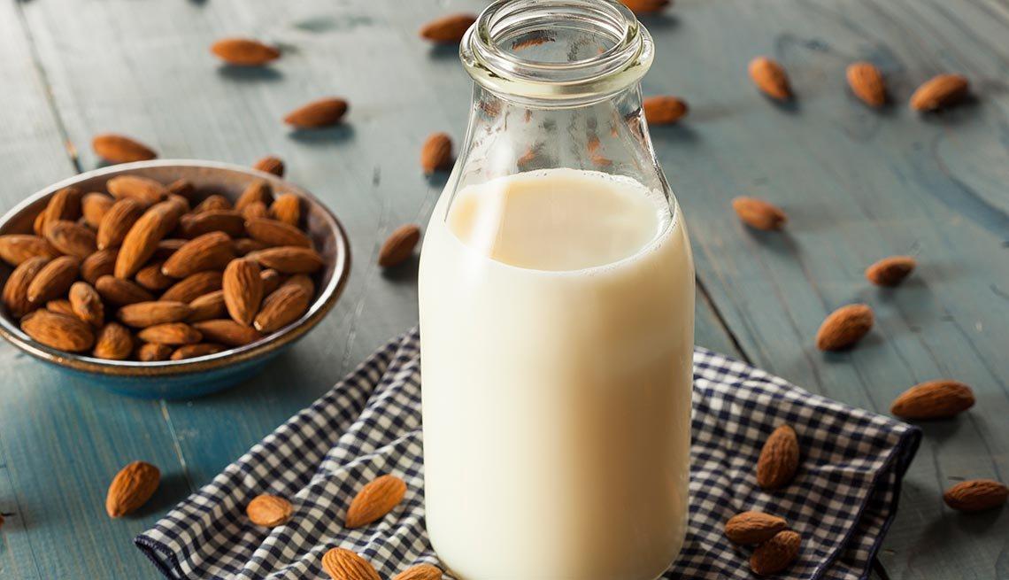Recipiente con leche de almendras