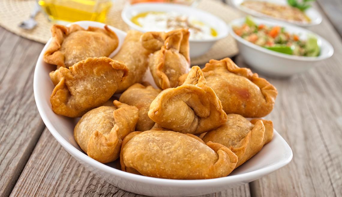 Plato con empanadas listas para comer