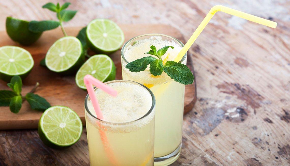 Dos vasos de limonada con menta