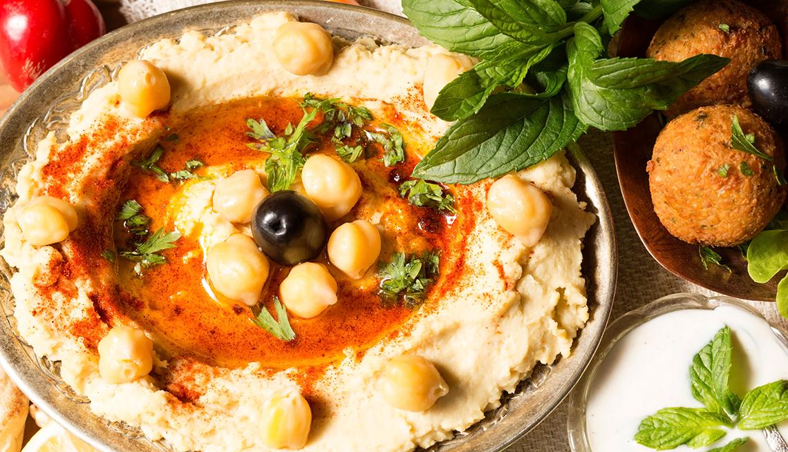 Hummus y falafel sobre la mesa