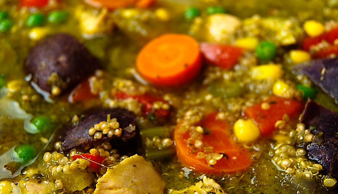 Sopa con quinoa y cilantro