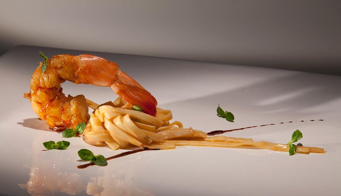 Fettuccine de palmito con mantequilla de coral y camarones glaseados