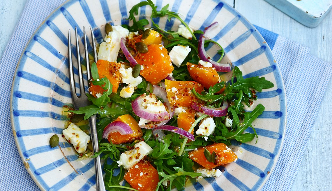 plato de ensalada sobre la mesa