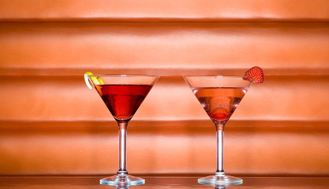 Dos copas sobre una mesa