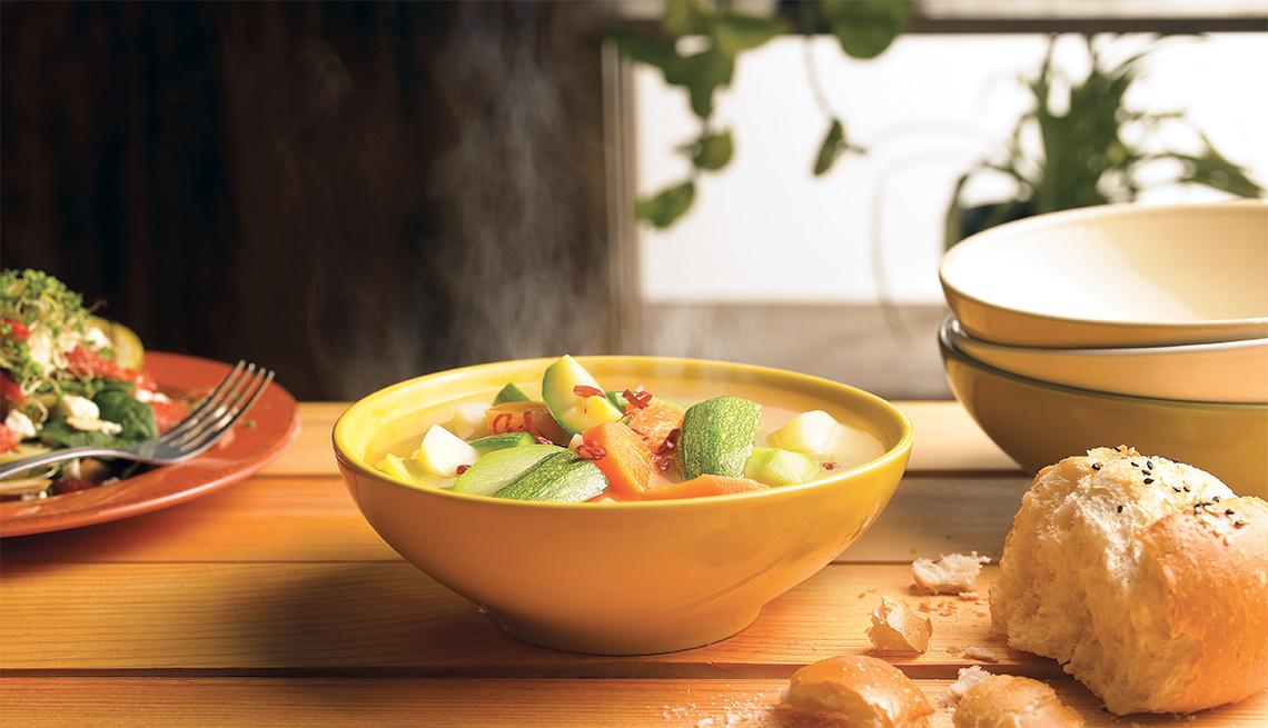 Caldo de pollo aromático con vegetales y jengibre