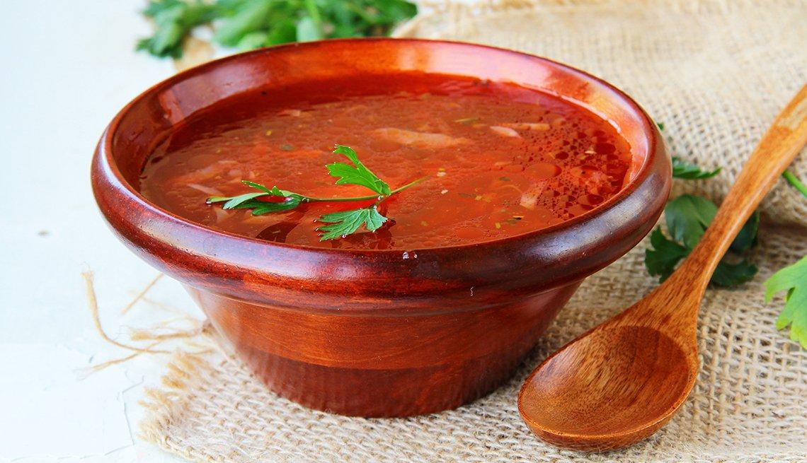 Sopa servida en un plato sobre la mesa