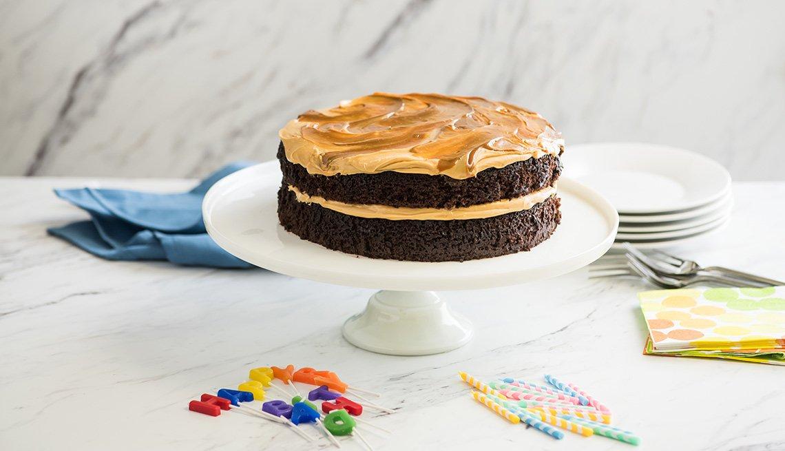 Pastel de chocolate con cubierta de dulce de leche salado