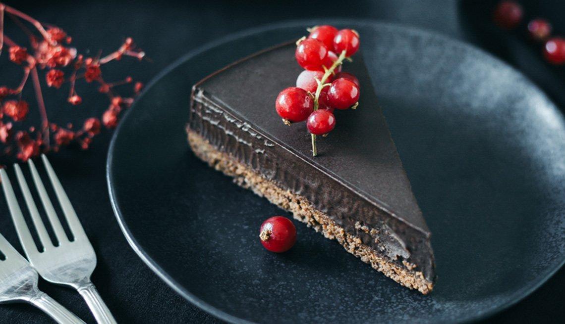 Trozo de torta de chocolate en un plato