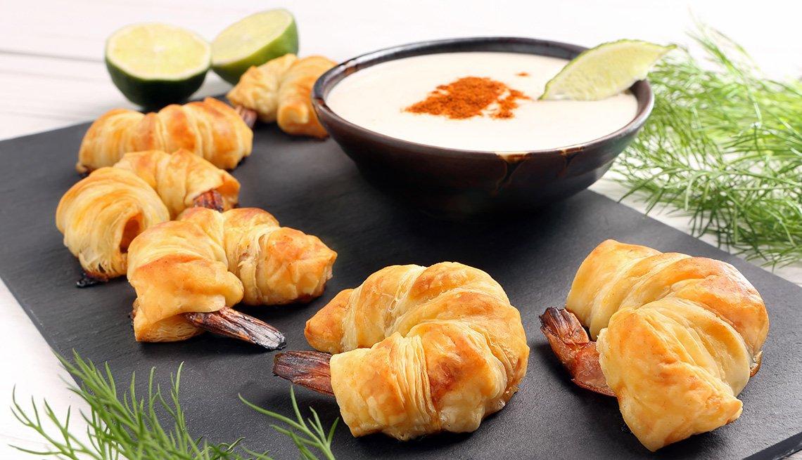 Camarones envueltos con hojaldre servidos en un plato