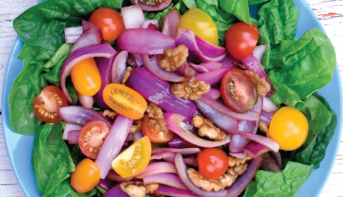 Ensalada templada de cebolla confitada y espinaca.