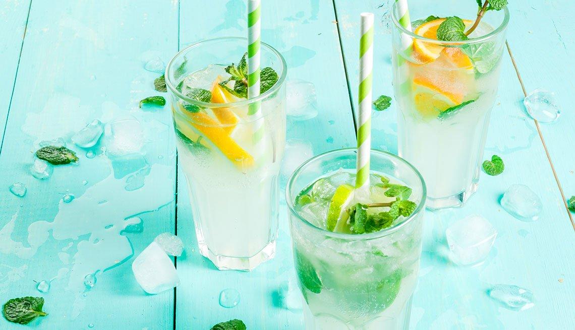 Mocktail de limón, menta y jengibre