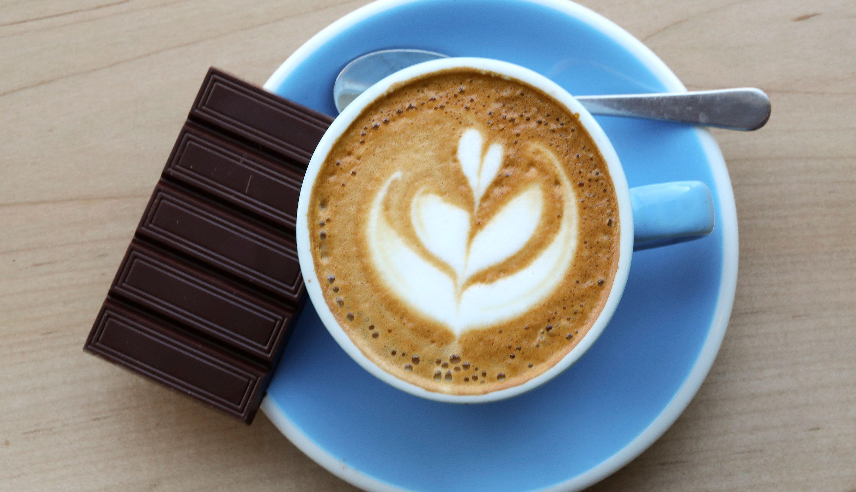 Chocolate oscuro y una taza de café