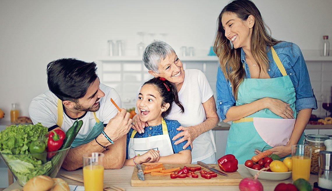 Familia hispana cocinando juntos