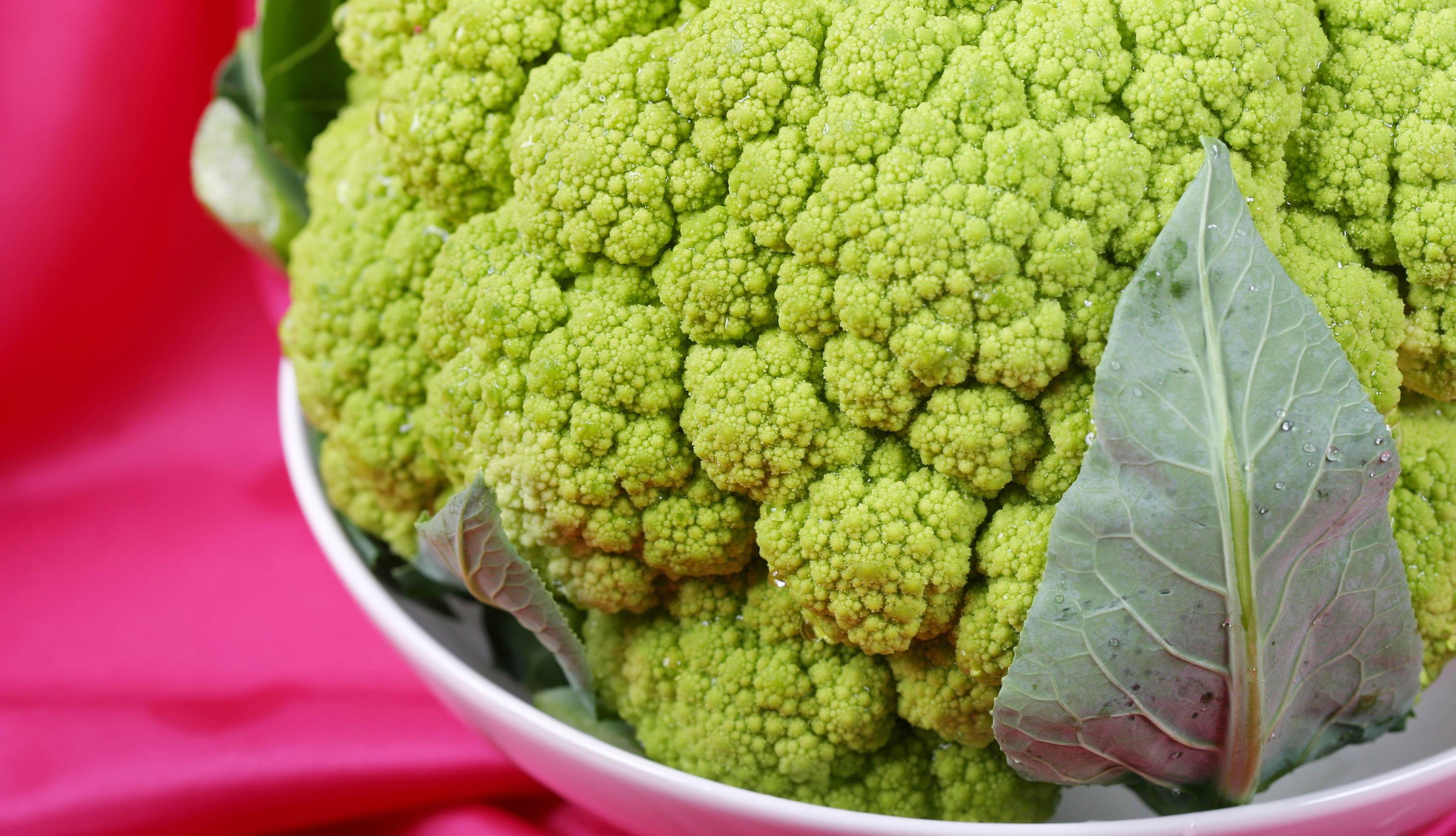 Broccoflower en un plato hondo