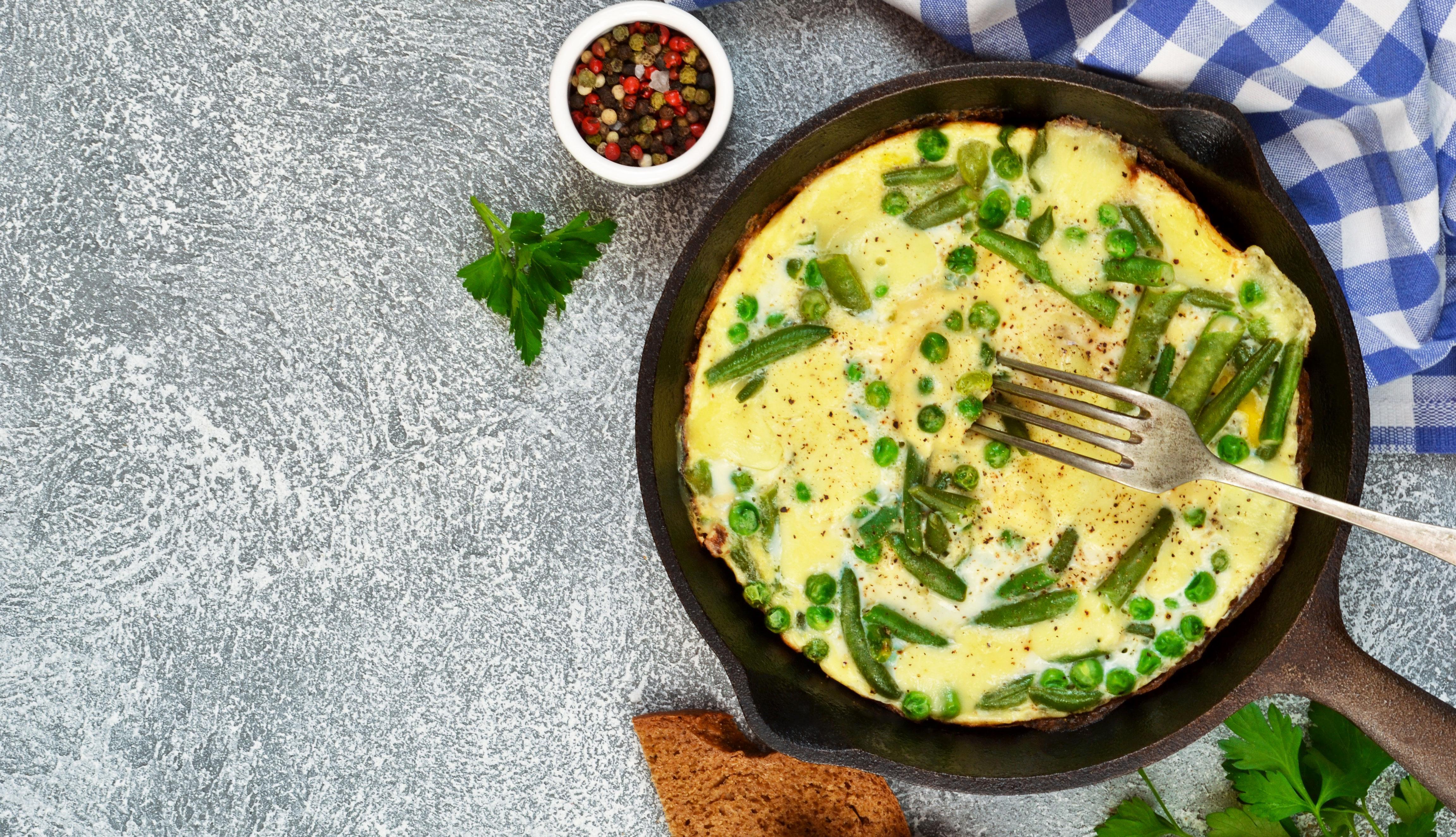 Huevos y vegetales en una sartén
