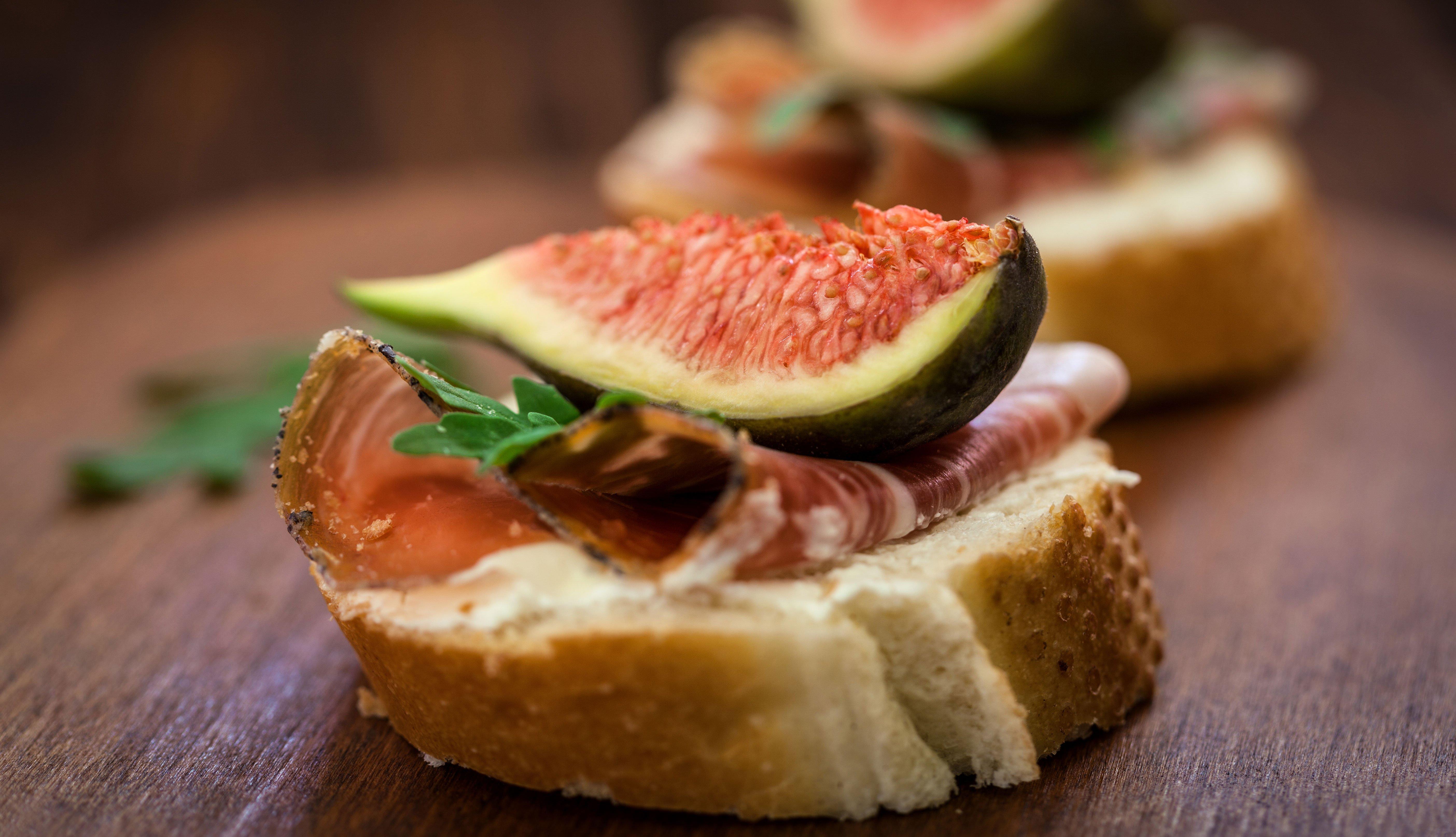 Pan con higos y prosciutto