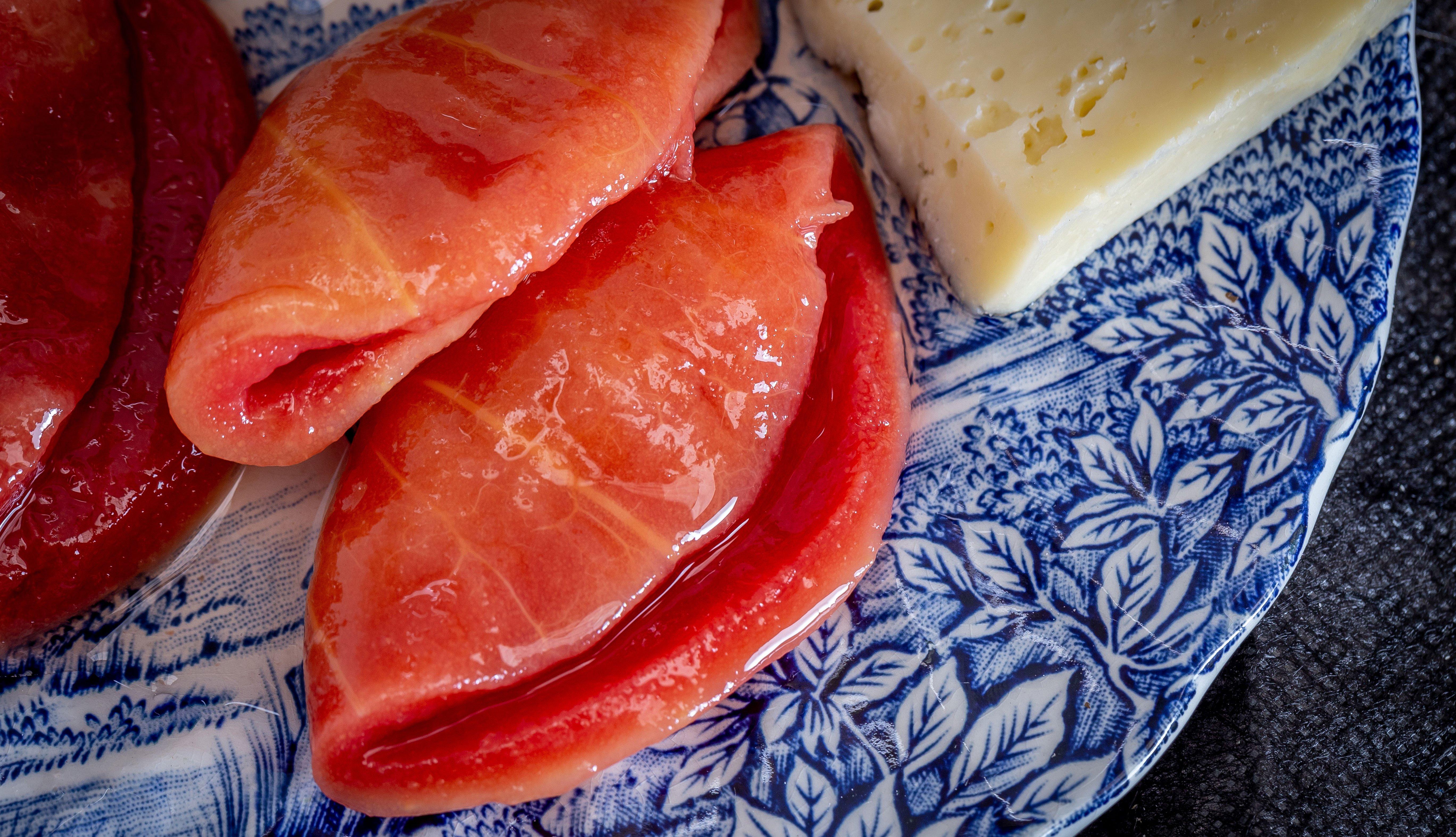 Cascos de guayaba y queso en un plato