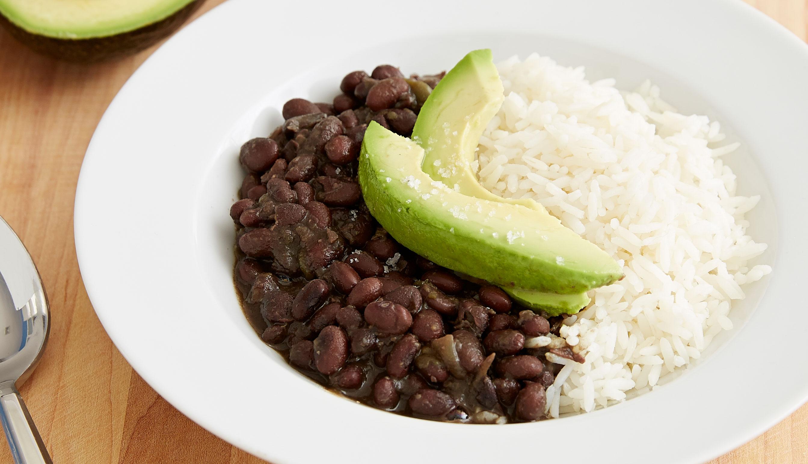 Frijoles negros, arroz blanco y aguacate