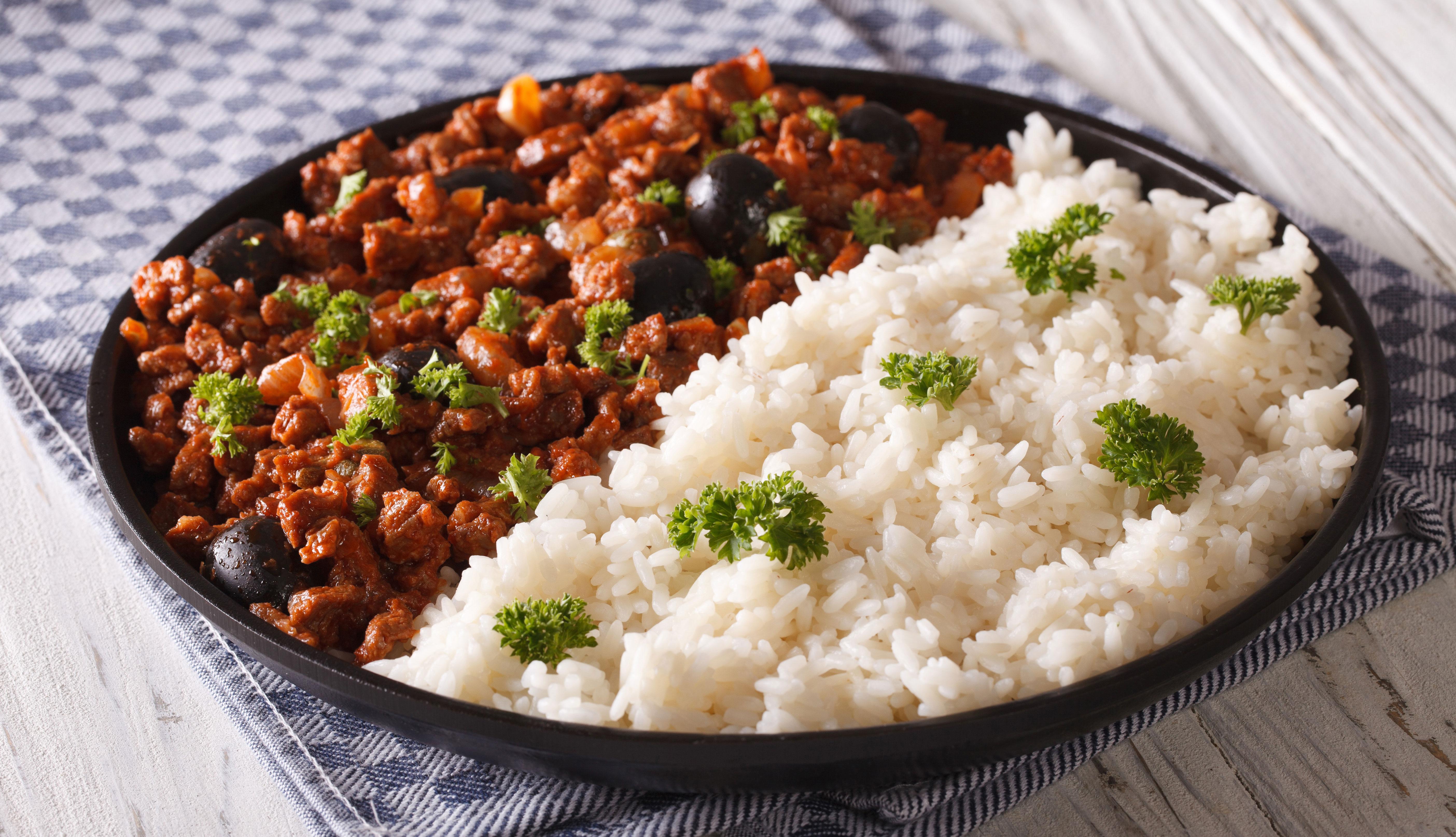 Picadillo y arroz blanco