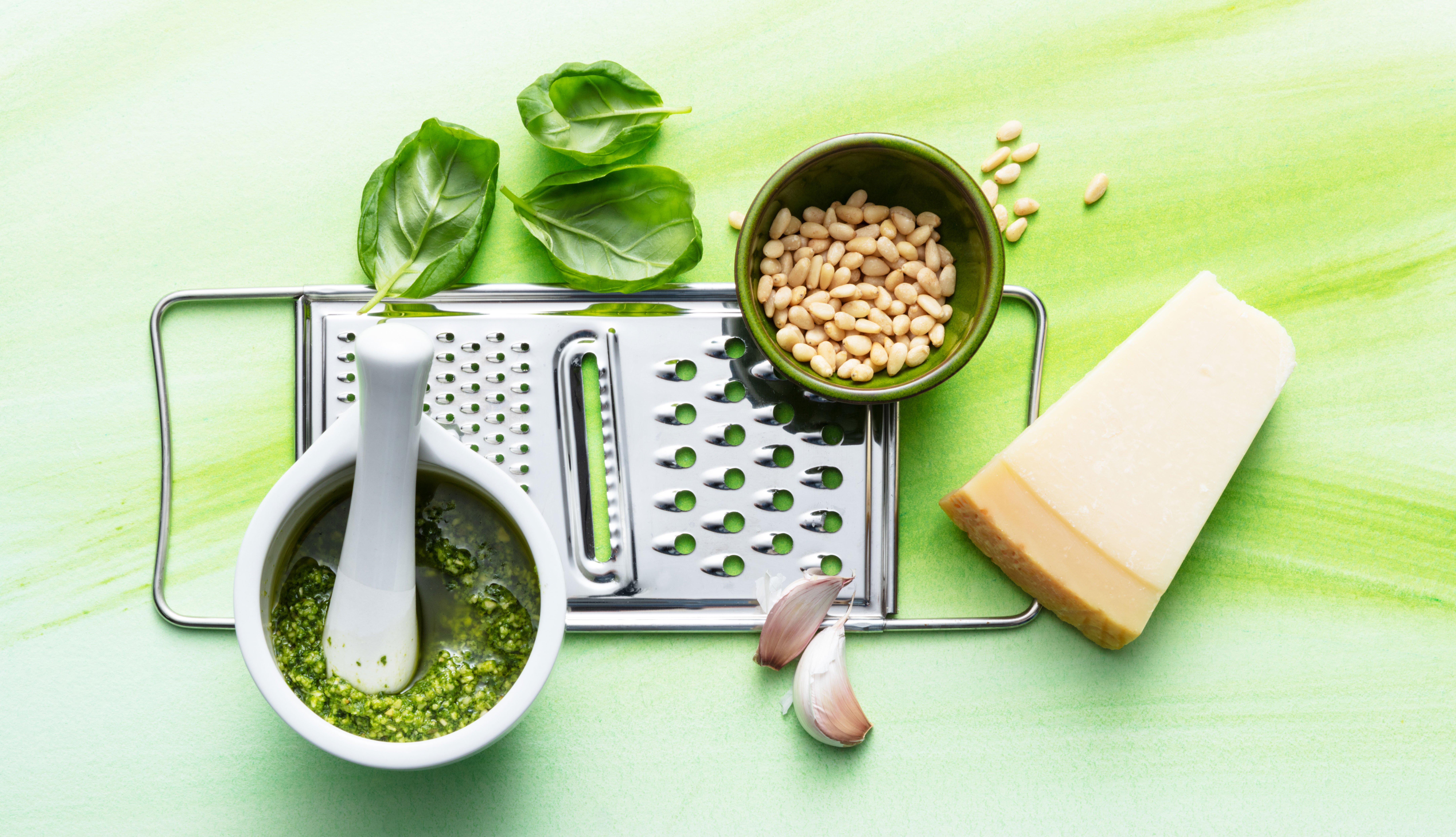 Ingredientes para preparar salsa pesto