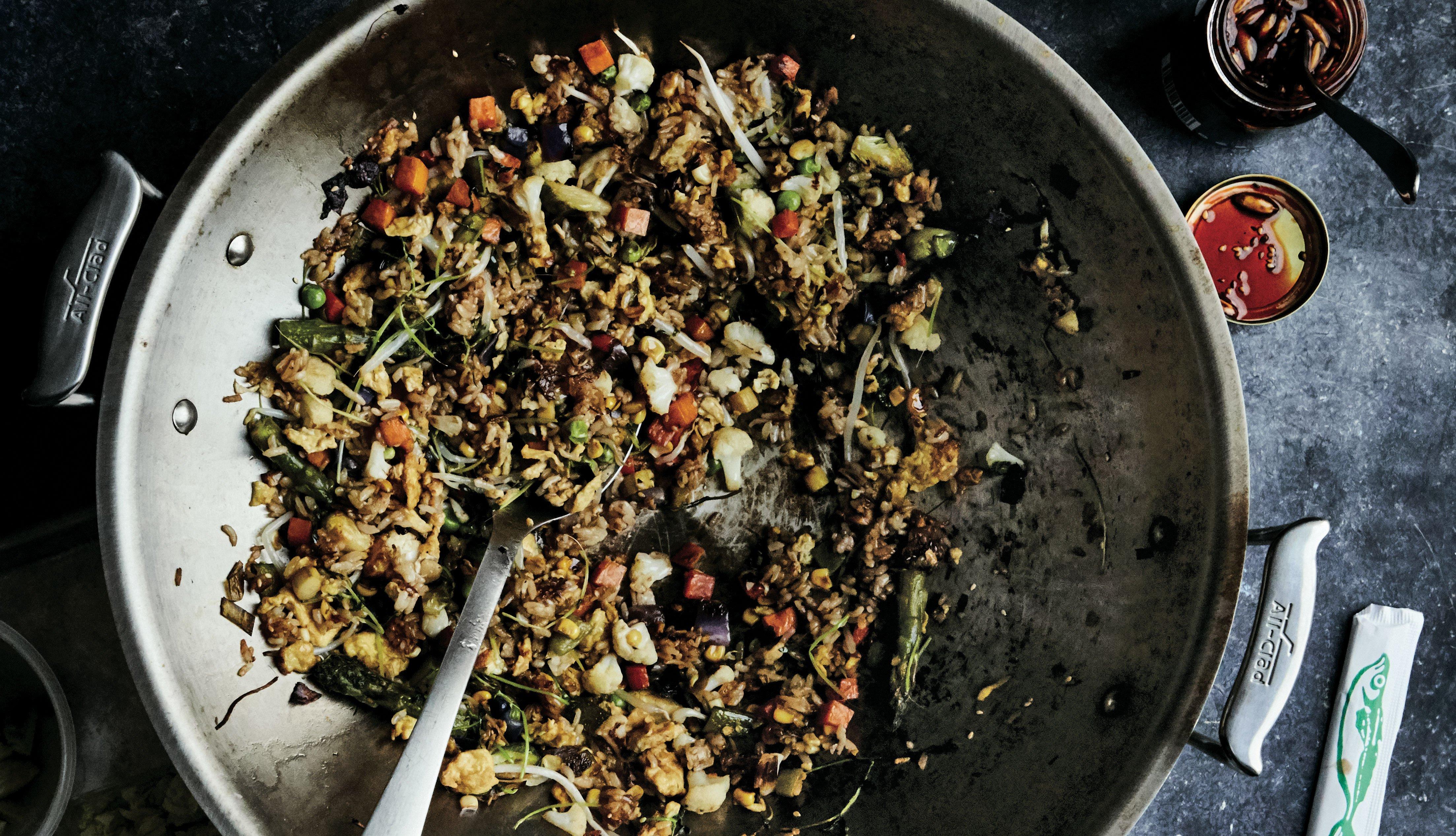 Caldero con ingredientes para preparar arroz frito