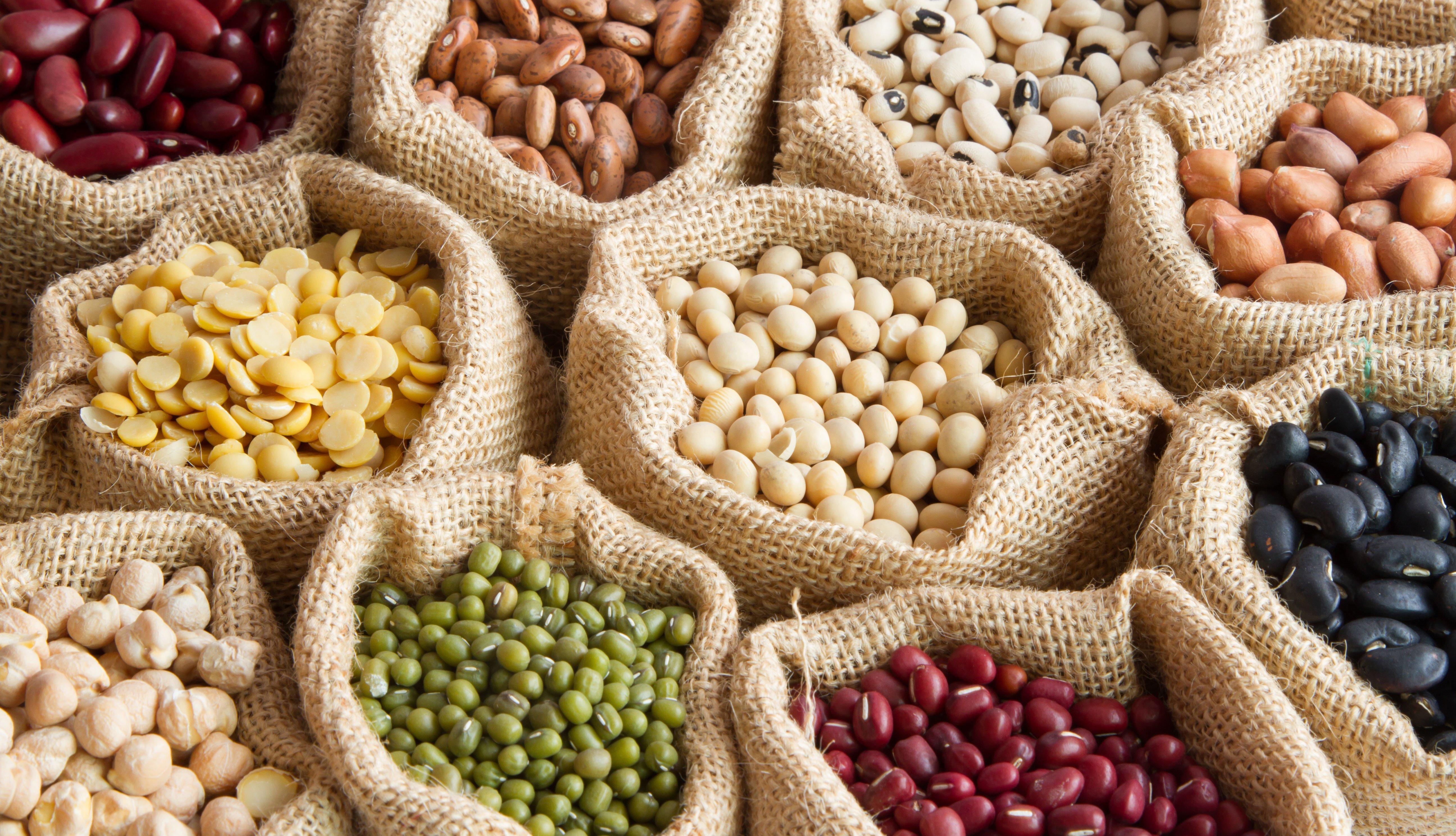 Varias legumbres en sacos