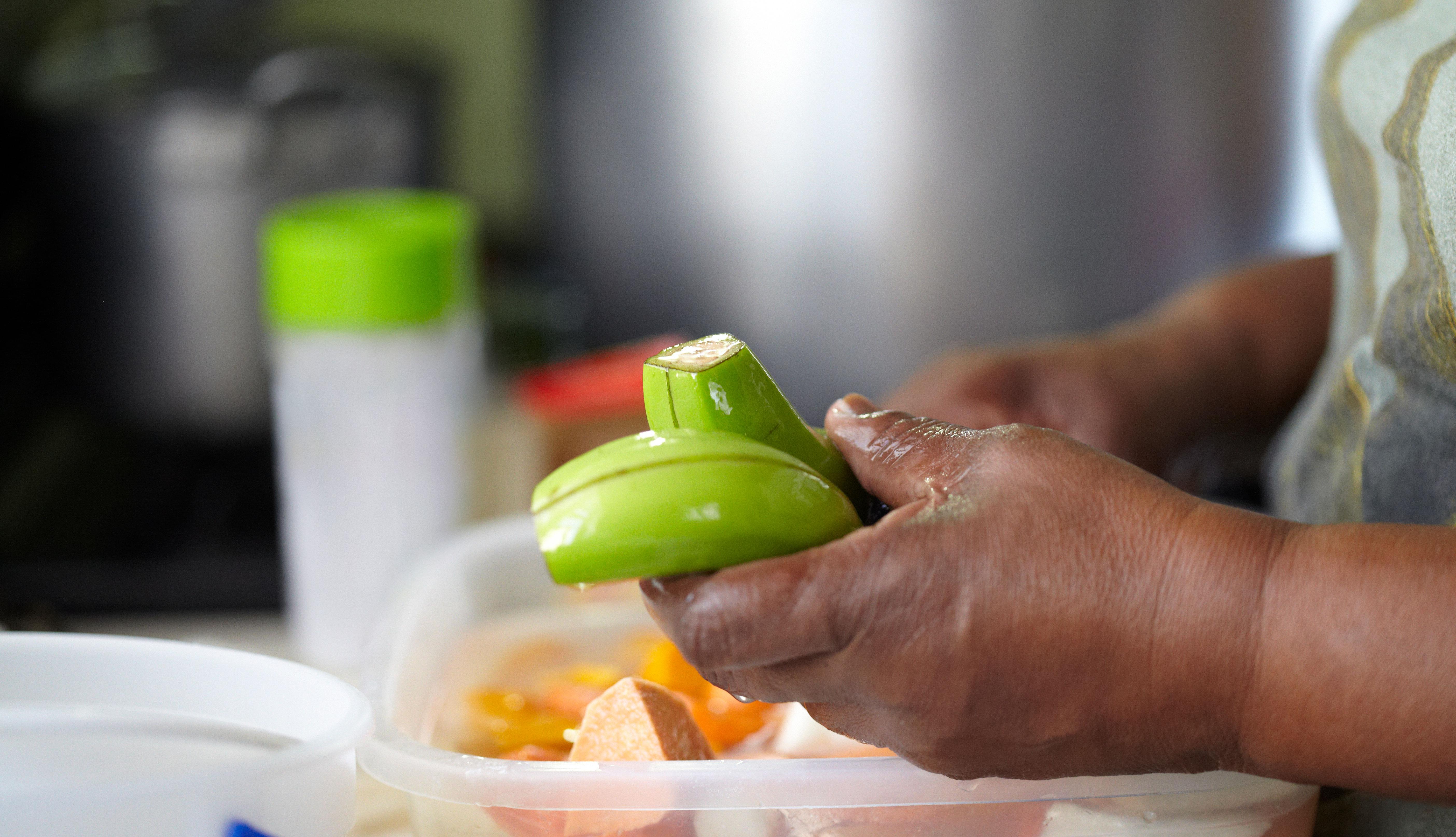 Una persona le quita la cáscara a unos plátanos verdes