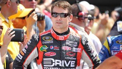 Piloto de la NASCAR Jeff Gordon en su traje de carreras en Indianápolis 2011 patrocinando la campaña de AARP
