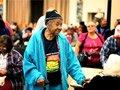 Clara Johnson es una de las cerca de 700 personas mayores que reciben asistencia alimentaria cada mes en el Centro Senior de Pasadena.