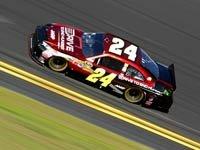 Jeff Gordon en el carro número 24 corriendo en la carrera de Daytona 500 por la campaña de AARP: Drive for hunger.