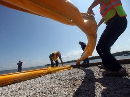 Trabajadores limpiando el Golfo
