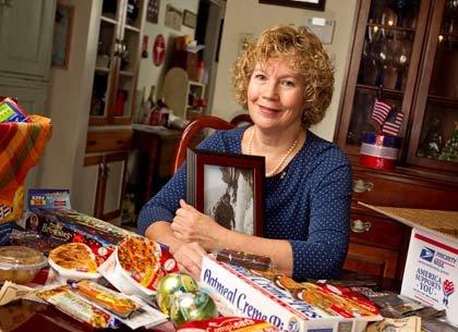 Cathy Cleaver sostiene una foto de su hijo Evan. Foto tomada el 4 de noviembre del 2010