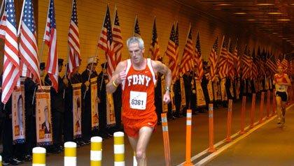 Corredor mayor en el Battery Tunnel en Nueva York - voluntarios del 9/11