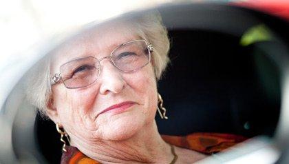 Doris Morse, fotografiada en la vista lateral del espejo del carro, que enseña en el Programa de Seguridad de AARP.