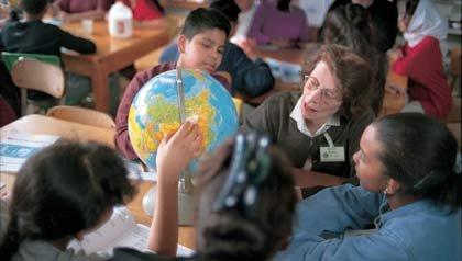 Voluntaria trabajando en un colegio