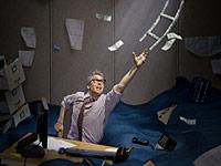 Hombre trata de alcanzar los billetes que flotan en el aire