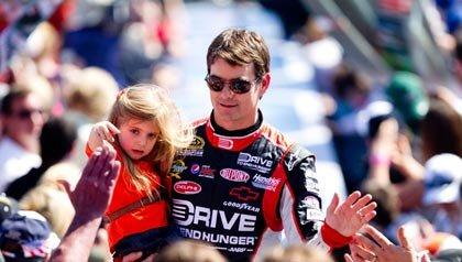Piloto Jeff Gordon con su hija en las 500 millas de Daytona el 20 de febrero del 2011.