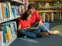 Abuela y nieta leyendo en una libreria