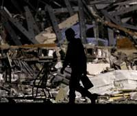Un socorrista busca en una tienda Walmart que fue desbastada por un tornado en in Joplin, Missouri. - Esta usted preparado para una emergencia?