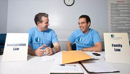 Antonio Revilla (izquierda) y Spencer Aronfeld (derecha) abogados de la organización: Abogados el Rescate